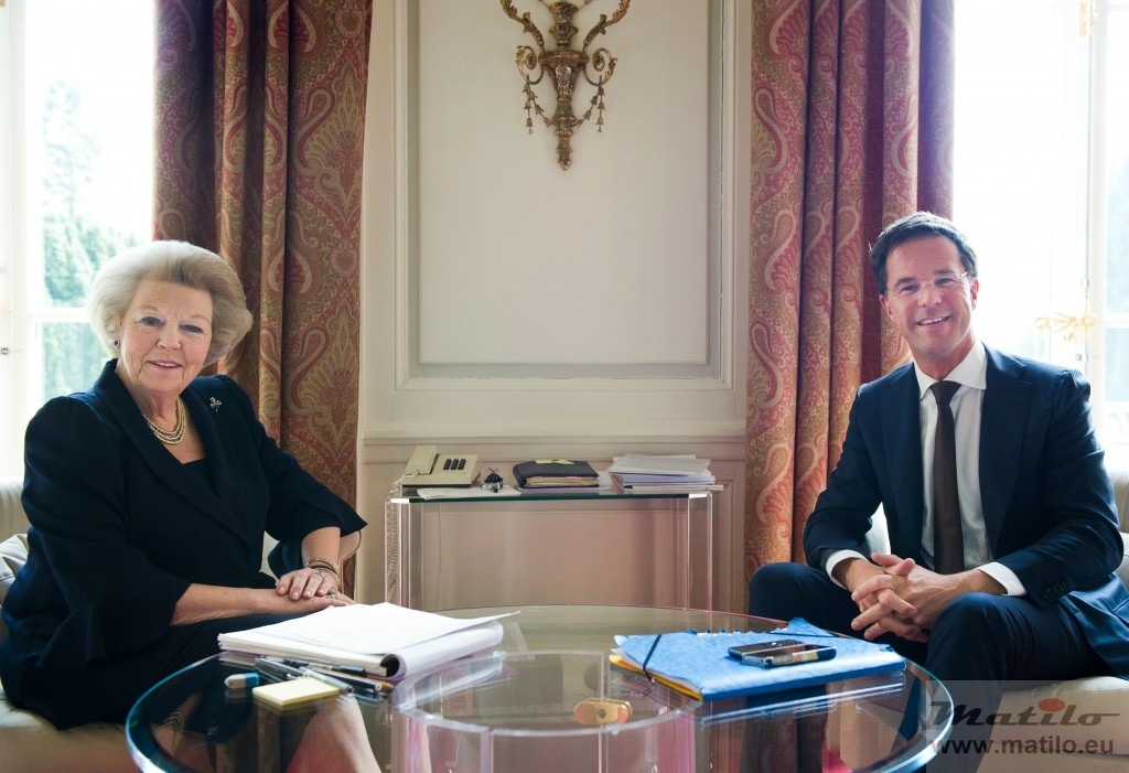 Koningin Beatrix, premier Rutte en een Unifoon © RVD, foto: Frank van Beek