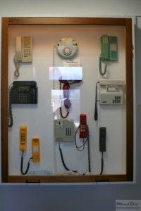 Vitrine met druktoetstelefoons